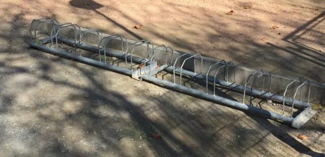 (Português) Parque de lazer da Fonte Nova já tem suporte de estacionamento para bicicletas.